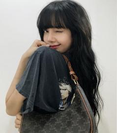Lisa được đeo túi mới của Celine trước cả thế giới tận 9 tháng, đến Vogue Anh cũng phải chú ý
